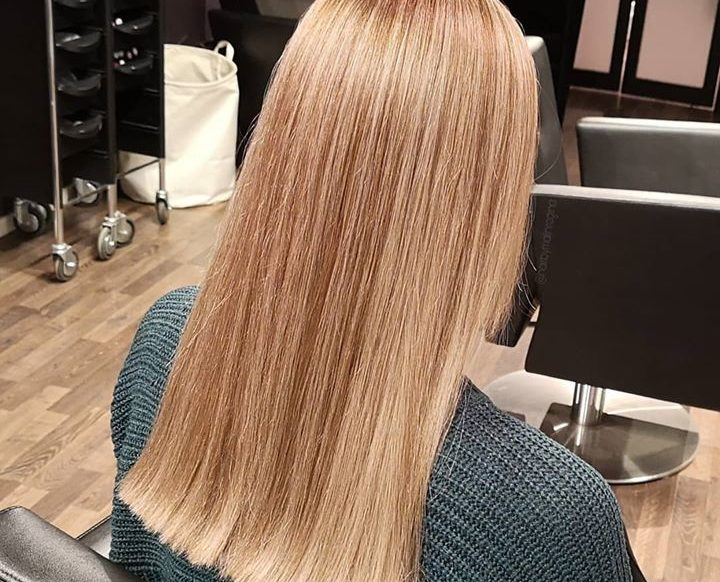 Lysere, mer mot sin naturlige hårfarge. Frisør: Malin @ Glam AS