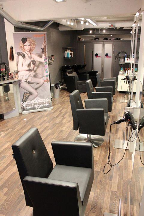 Da er de nye frisørstolene og vaskene på plass i salongen! Alt utstyret er…